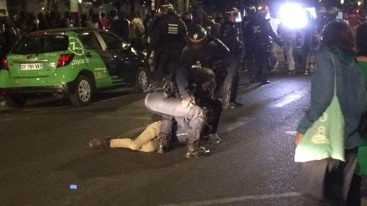 Un migrant est maintenu au solpar des policiers sur l'avenue de Flandres, dans le 19e arrondissement de Paris, le 31 juillet 2016. (DANICA MRACEVIC JURISIC / FRANCETV INFO)