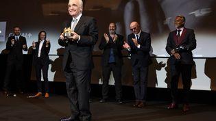 Le cinéaste américain Martin Scorsese reçoit le Carosse d'or, le 9 mai 2018 à Cannes (Alpes-Maritimes). (YANN COATSALIOU / AFP)