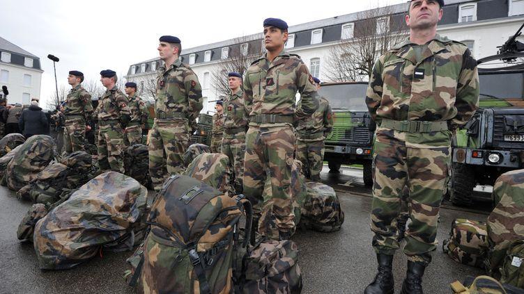 """Des soldats de la réserve """"Guépard"""" du 3e régiment d'infanterie de marine le 5 février 2013 lors d""""une visite de Jean-Yves Le Drian, ministre de la Défense, à Vannes (Morbihan). (FRANK PERRY / AFP)"""
