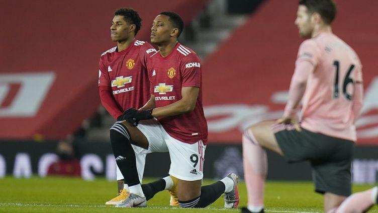 L'international français de Manchester United, Anthony Martial, genou à terre avec à ses côtés Marcus Rashford lors du match contre Sheffield Utd à l'issue duquel il a été l'objet d'insultes racistes sur les réseaux sociaux (TIM KEETON / POOL)