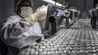 Des employés travaillent sur la ligne de production du vaccin contre le Covid-19 de Sinovac Biotech, le 14 janvier 2021 à Sao Paulo (Brésil). (NELSON ALMEIDA / AFP)