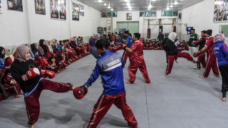 Des femmes de la communauté Hazara participent à un cours d'arts martiaux, à Quetta (Pakistan), le 31 janvier 2021. (BANARAS KHAN / AFP)