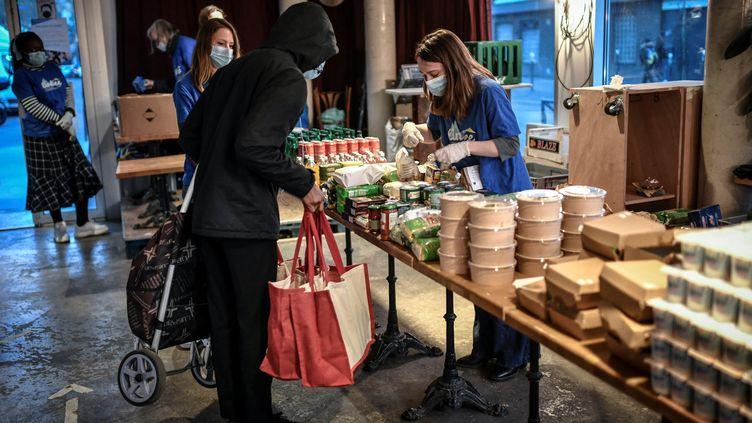 Selon l'ONG Action contre la faim, près de neuf personnes sur dix ne mangent pas à leur faim dans le monde. Photo : une distribution d'aide alimentaire à Paris, le 9 mars 2021. (STEPHANE DE SAKUTIN / AFP)