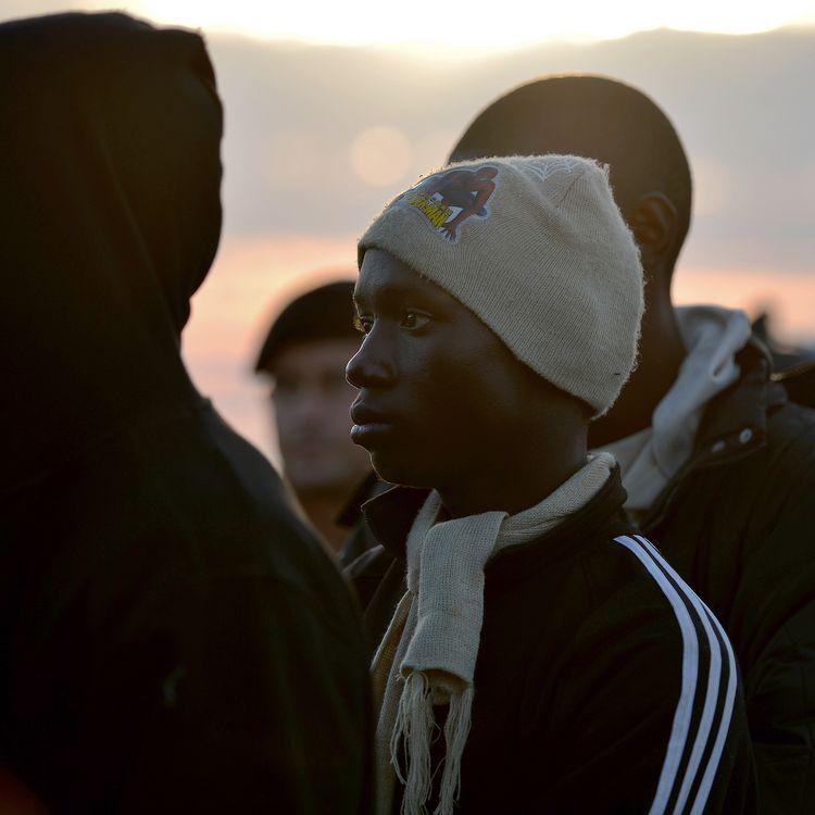 Des migrants africains sauvés des eaux au large de l'île de Lampedusa (Italie), le 25 octobre 2013. (FILIPPO MONTEFORTE / AFP)
