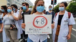 Une centaine d'internes en médecine ont manifesté devant l'hôpital de la Pitié-Salpêtrière à Paris, ce samedi 19 juin 2021, pour dénoncer des rythmes de travail infernaux. (BENJAMIN ILLY / RADIO FRANCE)