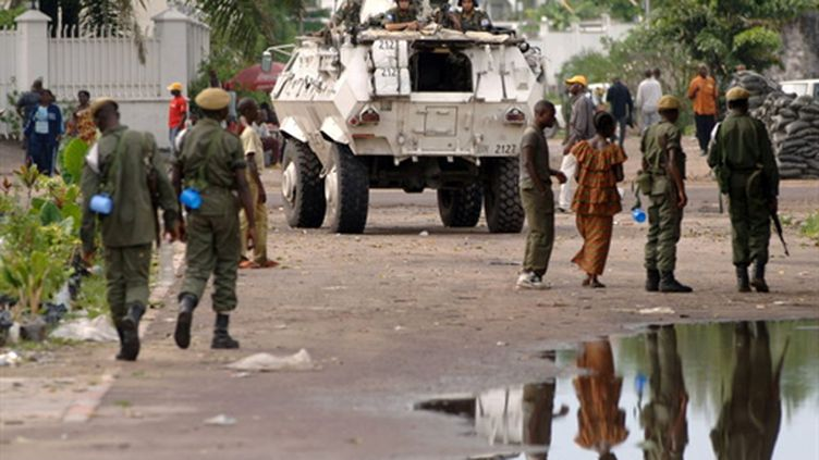 Soldats de la RDC réuni près d'un véhicule de l'ONU à Kinshasa le 13 novembre 2006 (AFP - LIONEL HEALING)
