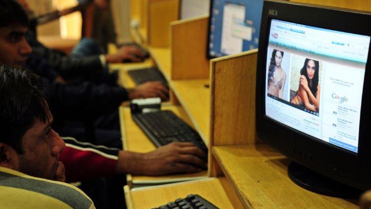 Un cyber-café à Islamabad (Pakistan), le 5 décembre 2011. (FAROOQ NAEEM / AFP)