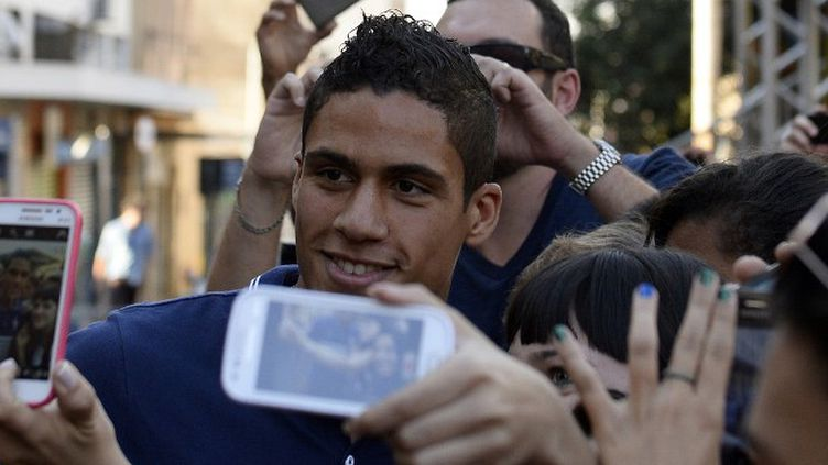 Raphaël Varane avait le sourire samedi en conférence de presse. (FRANCK FIFE / AFP)