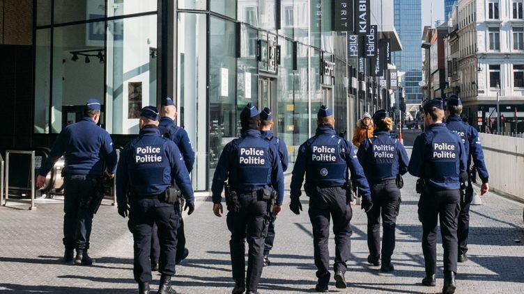 Des policiers patrouillent dans les rues de Bruxelles (Belgique), le 26 mars 2020. (BERTRAND VANDELOISE / HANS LUCAS / AFP)