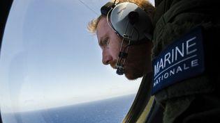 Un soldat de la Marine nationale survole la zone de la disparition du vol MS804 d'Egyptair, en Méditerranée, entre la Crête et l'Egypte, le 22 mai 2016. (MARINE NATIONALE / AFP)