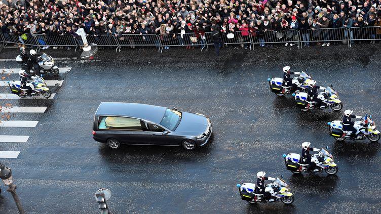 Le corbillard est arrivé vers midi sur les Champs-Elysées, après avoir marqué un temps d'arrêt. (MARTIN BUREAU / AFP)