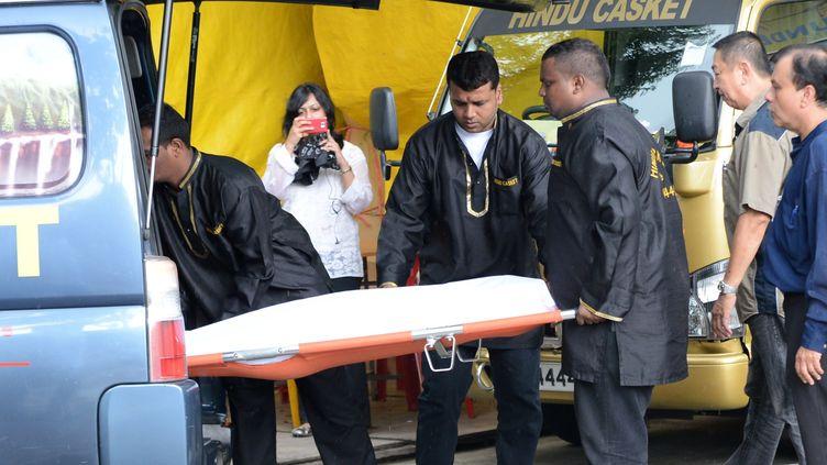 Le corps de l'étudiante indienne de 23 ans, victime d'un viol collectif à New delhi le 16 décembre, morte de suites de ses blessures le 29 décembre 2012à Singapour. (ROSLAN RAHMAN / AFP)