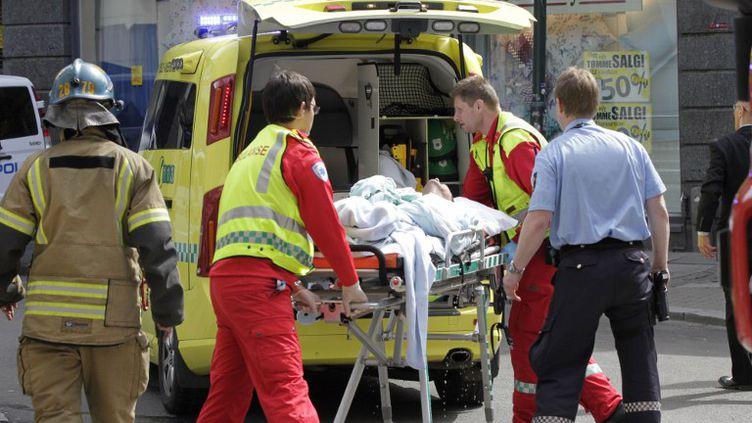 L'homme qui a tenté de s'immoler mardi 15 mai devant le tribunal d'Oslo où est jugé Anders Behring Breivik, a été transporté à l'hôpital, grièvement brûlé. (ROALD BERIT / SCANPIX NORWAY / AFP)