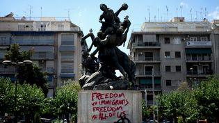 Une statue taggée dans le centre d'Athènes (6 juin 2016)  (Giorgos Georgiou / Nurphoto / AFP)