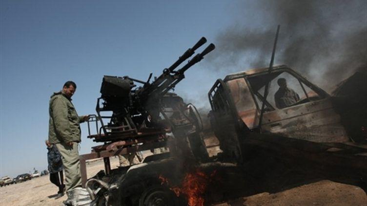 Rebelles libyens près de la ville pétrolière de Brega (est de la Libye) le 5 avril 2011 (AFP - MAHMUD HAMS)