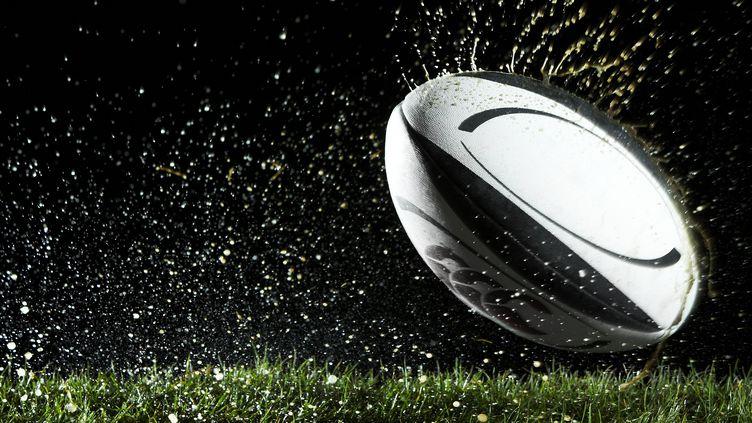 Un ballon de rugby. (THOMAS NORTHCUT / DIGITAL VISION)
