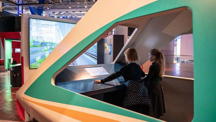 Une cabine de pioltage recontituée pour l'exposition Grande vitesse ferrovaire à la Cité des sciences à Paris. (Universcience. Photo : E.Laurent)