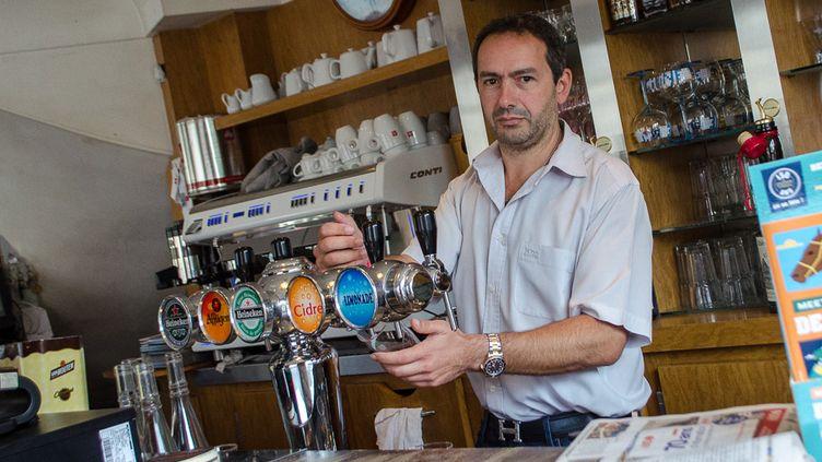 Marc Daik, gérant du Café de la Mairie à Deauville, demande la suppression pure et simple de TripAdvisor. (MARIE-VIOLETTE BERNARD / FRANCETV INFO)