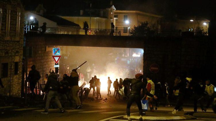 """La manifestation des """"gilets jaunes"""" a dégénéré au Pouzin, en Ardèche, samedi 1er décembre 2018. (ST?PHANE MARC / MAXPPP)"""