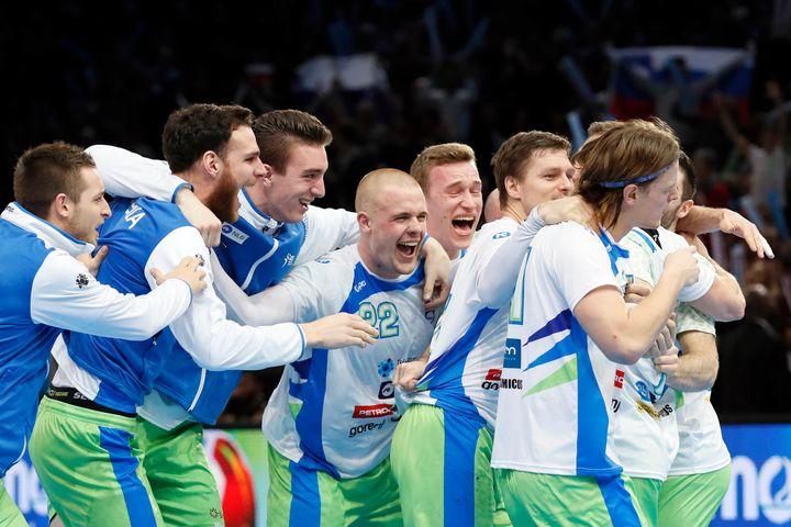 Hilares, les Slovènes atteignent les demi-finales d'un championnat du monde pour la deuxième fois de leur histoire seulement.