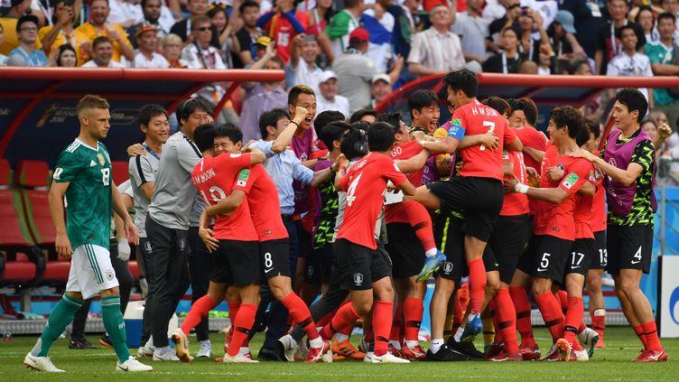 Les joueurs de la Corée du Sud après leur victoire, le 27 juin 2018, àKazan, en Russie. (FRANK HOERMANN / SVEN SIMON / AFP)