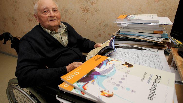René Buffière, le 21 mai dans sa maison de retraite de Bassilac (Dordogne). Il est le doyen du bac 2012, à l'âge de88 ans. (SOUNALET JEAN CHRISTOPHE / MAXPPP)