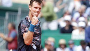 Le joueur de tennis tchèque Tomas Berdych célèbre sa victoire face au Français Gaël Monfils, lors de la demi-finale du tournoi de Monte-Carlo (Monaco), le 18 avril 2015. (JEAN-CHRISTOPHE MAGNENET / AFP)