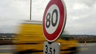 Un panneau de limitation à 80 km/h, près de Bordeaux. (NICOLAS TUCAT / AFP)
