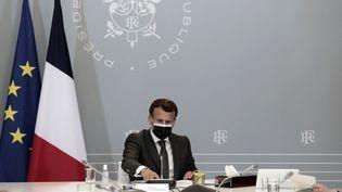 Le président français, Emmanuel Macron, assiste à un point hebdomadaire sur la campagne de vaccination contre le Covid-19, à l'Elysée, le 20 avril 2021. (LEWIS JOLY / AFP)