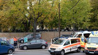 Des ambulances près du lieu de l'attentatà Halle (Allemagne), le 9 octobre 2019. (SEBASTIAN WILLNOW / DPA / AFP)