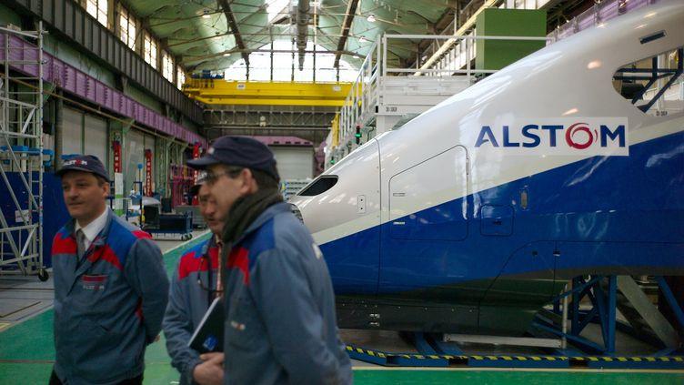 Des employés du groupe Alstom travaillent à l'usine de Belfort, le 22 mars 2013. (SEBASTIEN BOZON / AFP)