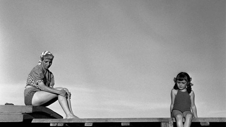 """La photo """"Le ponton, baie de Toulon, 1949"""" (ATELIER ROBERT DOISNEAU / TOUS DROITS RESERVES)"""