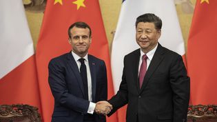 Emmanuel Macron serre la main du président chinois Xi Jinping, le 6 novembre 2019 lors d'une visite officielle à Pékin. (NICOLAS ASFOURI / AFP)