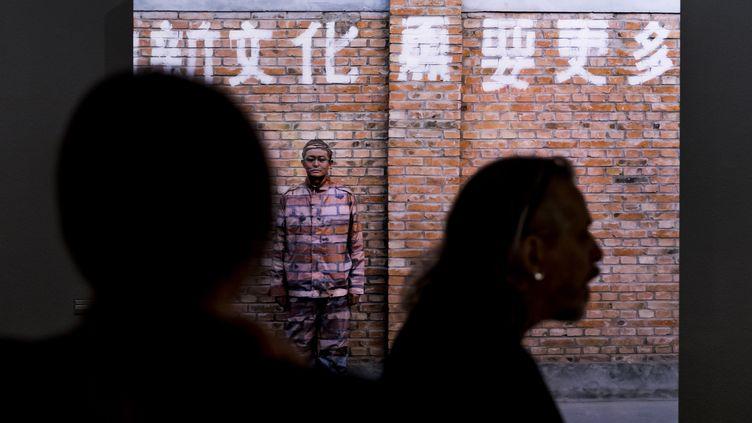 """Une oeuvre de l'artiste chinois Liu Bolin lors de l'exposition """"Le Theatre des apparences"""" Musee de l'Elysee à Lausanne (Suisse), le 16 October 2018 (JEAN-CHRISTOPHE BOTT / KEYSTONE)"""