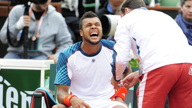 Jo-Wilfried Tsonga soigné par un kiné durant Roland-Garros 2012. (CHRISTOPHE MORIN / MAXPPP)