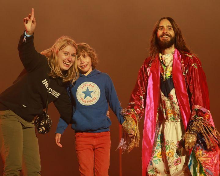 Jared Leto de Thirty Seconds to Mars a invité un enfant sur scène. Très ému, il devait décider qui de la partie droite ou gauche du public chantait le mieux.  (Gilles Scarella FTV)