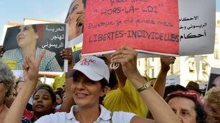 """Manifestation de soutien à une journaliste marocaine condamnée à un an de prison pour """"avortement illégal"""" et relations sexuelles en dehors du mariage, à Rabat, le 2 octobre 2019. (STRINGER / AFP)"""