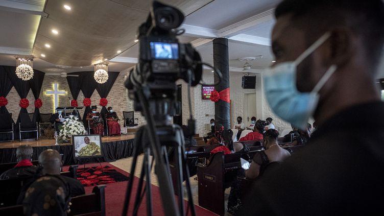Un caméraman filme des funérailles en vue d'une retransmission en direct,le 22 avril 2021. (CRISTINA ALDEHUELA / AFP)
