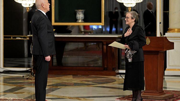 La Première ministre Najla Bouden présente officiellement les noms des ministres du nouveau gouvernement tunisien au président Kaïs Saïed, à Tunis, le 11 octobre 2021. (- / TUNISIAN PRESIDENCY)