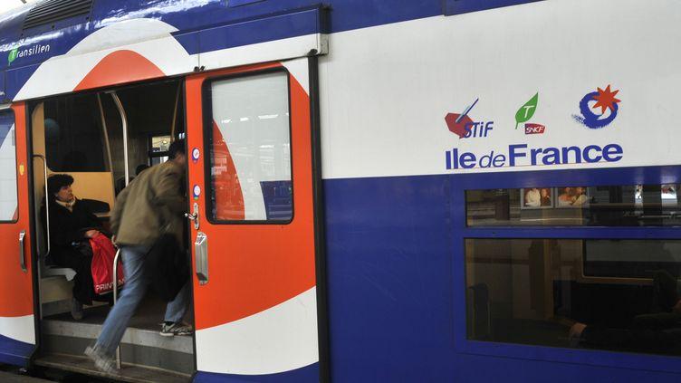 Un transilienen gare Saint-Lazare, à Paris, le 24 février 2017. (SERGE ATTAL / ONLY FRANCE / AFP)