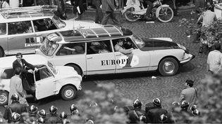 Les voitures d'Europe 1 et RTL arrivent boulevard Saint-Germain, à Paris, pour couvrir la manifestation du 6 mai. (JOHNSSON PHILIPPE / SIPA)