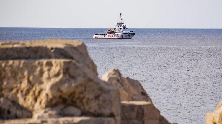 L'Open arms au large de l'île italienne de Lampedusa, le 17 août 2019. (ALESSANDRO SERRANO / AFP)