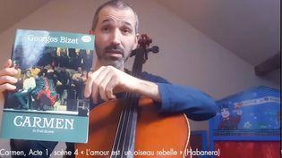 Un musicien de l'orchestre philharmonique dans le tutoriel sur Carmen, de Bizet (CAPTURE D'ECRAN YOUTUBE / FRANCE MUSIQUE)