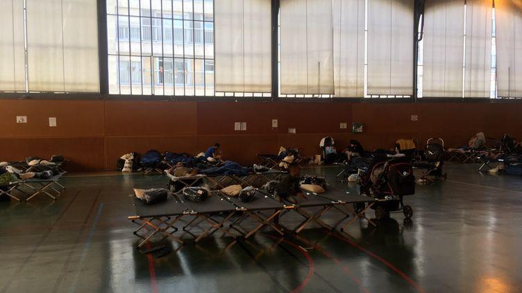 Le gymnase du 20e arrondissement de Paris aménagé en lieu d'hébergement. (FARIDA NOUAR / RADIO FRANCE)
