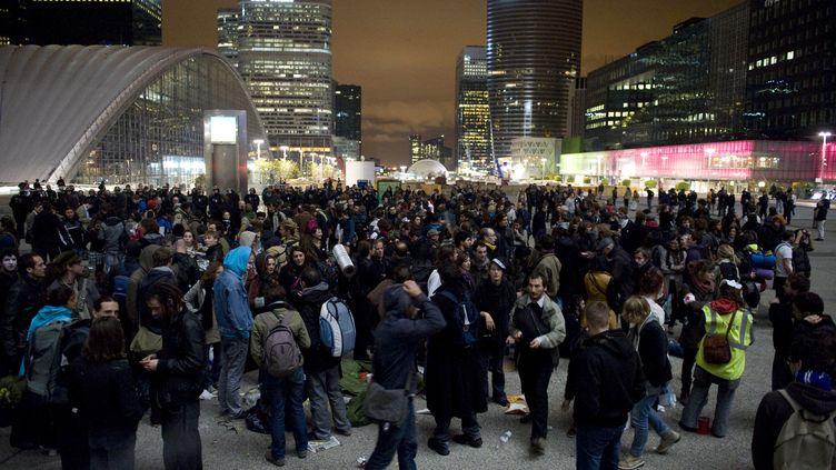 Des indignés français sur le parvis de la Défense, quartier d'affaires à l'ouest de Paris, le 4 novembre 2011. (JOHANNA LEGUERRE / AFP)