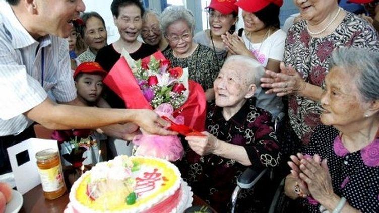 Une chinoise fête ses 111ans dans une maison de retraite de Fuzhou (sud), le 25 août 2008. (AFP/CHINA XTRA)