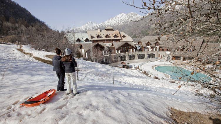 Deux personnes dans les Alpes, le 4 mars 2021. (THIBAUT DURAND / HANS LUCAS / AFP)