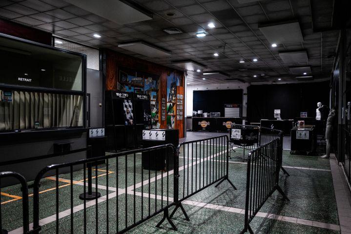 L'entrée vide de l'Astroballe Arena à Villeurbanne, en octobre.  (JEFF PACHOUD / AFP)