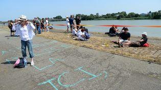 Des manifestants rassemblés le long de la Loire à Nantes (Loire-Atlantique), le 21 juin 2019, dans l'espoir de retrouver le jeune homme disparu lors de la Fête de la musique. (JEAN-FRANCOIS MONIER / AFP)