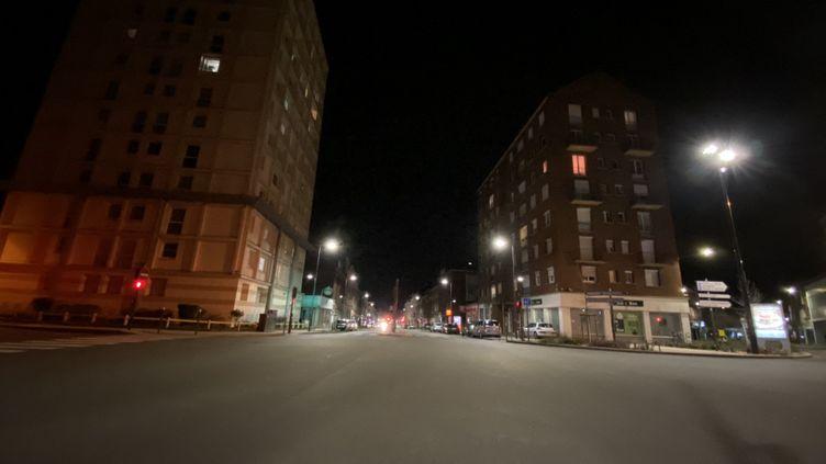 La rue du maréchal de Lattre de Tassigny à Amiens vide à la nuit tombée, pendant le confinementau printemps 2020. (MARC BERTRAND / RADIOFRANCE)